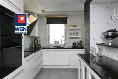 na zdjęciu zabudowana kuchnia w luksusowym apartamencie do sprzedaży Trójmiasto