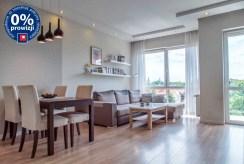 widok na jadalnię oraz salon w luksuowym apartamencie do sprzedaży Bolesławiec