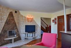 fragment salonu z kominkiem w luksusowym apartamencie do wynajmu nad morzem