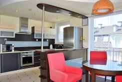 kuchnia w nowoczesnej zabudowie w luksusowym apartamencie na wynajem nad morzem
