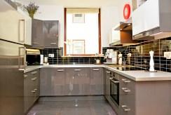 zabudowana gustownie i funkcjonalnie kuchnia w ekskluzywnym apartamencie na wynajem Poznań