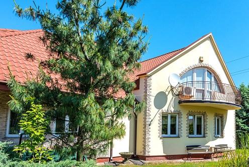 widok od strony ogrodu na ekskluzywną willę do sprzedaży Warszawa (okolice)