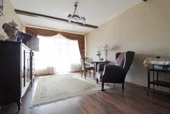 widok z innej perspektywy na salon w luksusowym apartamencie na sprzedaż Kraków