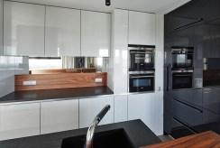 komfortowa kuchnia w zabudowie w luksusowym apartamencie do sprzedaży Kraków