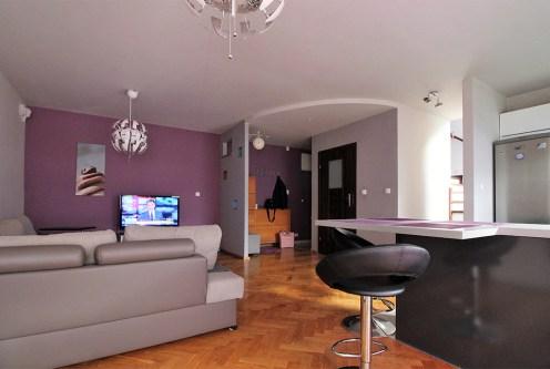 komfortowy salon w ekskluzywnym apartamencie do wynajęcia Kraków