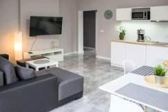 rzut z innej perspektywy na komfortowy salon w luksusowym apartamencie na wynajem Ustroń