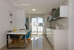 jadalnia oraz kuchnia w ekskluzywnym apartamencie na sprzedaż Torreviej (Hiszpania)