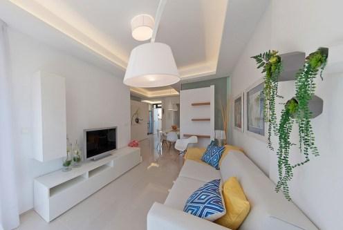 komfortowy salon w ekskluzywnym apartamencie do sprzedaży Hiszpania (La Zeni)
