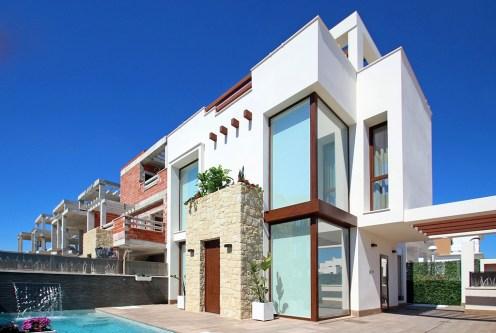 widok od strony basenu na ekskluzywną willę do sprzedaży Hiszpania (Mar Meno)