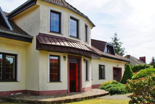 widok od strony ogrodu na ekskluzywną willę do sprzedaży Słupsk (okolice)
