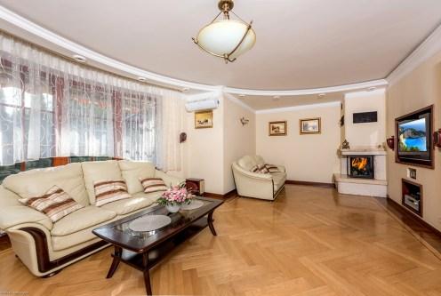 urządzony w klasycznym stylu salon w ekskluzywnej willi do sprzedaży Warszawa (okolice)