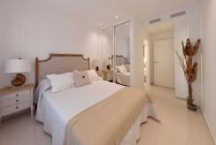 elegancka sypialnia w luksusowym apartamencie do sprzedaży Los Alcazare (Hiszpania)