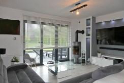 komfortowe wnętrze salonu w luksusowej willi na sprzedaż Malbork (okolice)