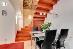 jadalnia oraz schody na górny poziom w ekskluzywnym apartamencie do sprzedaży Gdańsk