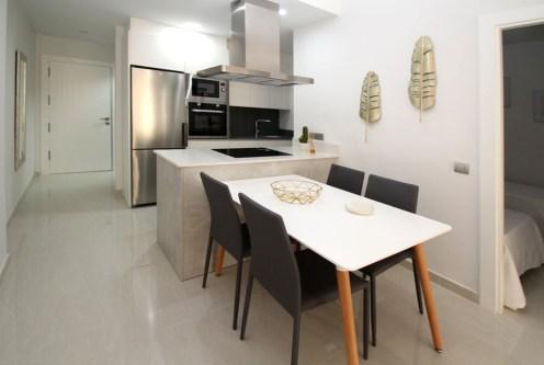 widok z salonu na luksusowy salon w ekskluzywnym apartamencie na sprzedaż Hiszpania (Torreviej)