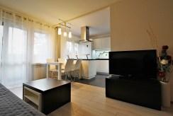 widok od strony salonu na aneks kuchenny w luksusowym apartamencie do wynajmu Kraków
