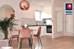 widok na jadalnię oraz aneks kuchenny w luksusowym apartamencie na sprzedaż Gdynia