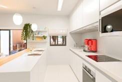 funkcjonalnie zabudowana kuchnia w luksusowym apartamencie do sprzedaży Torreviej (Hiszpania)