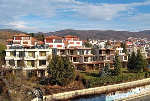 widok z lotu ptaka na osiedle, na którym znajduje się oferowany do sprzedaży luksusowy apartament Bułgaria