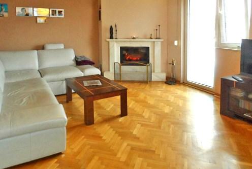 zbliżenie na kominek w salonie ekskluzywnego apartamentu na sprzedaż Piotrków Trybunalski