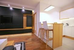 po prawej jadalnia, po lewej salon w luksusowym apartamencie na wynajem Szczecin