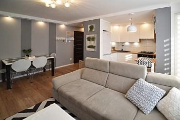 widok z salonu na aneks kuchenny w luksusowym apartamencie do wynajmu Bolesławiec