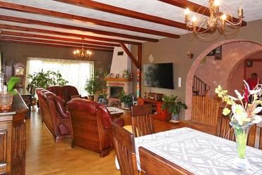 komfortowy salon z kominkiem w luksusowej willi na sprzedaż Mazury