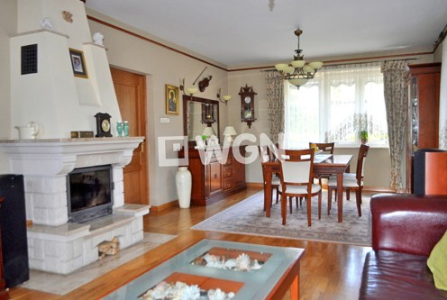 widok na elegancki salon z kominkiem w luksusowej willi na sprzedaż Częstochowa
