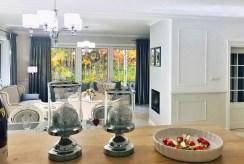 na pierwszym planie kuchnia, w oddali salon w luksusowej willi do sprzedaży Częstochowa