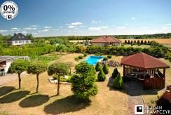 widok z tarasu na zadbaną i zagospodarowaną działkę wokół luksusowej willi na sprzedaż Kluczbork (okolice)