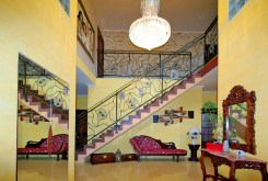 zdjęcie prezentuje hol oraz układ pomieszczeń w luksusowej willi na sprzedaż Legnica (okolice)
