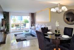 komfortowy salon w luksusowym apartamencie na sprzedaż Hiszpania