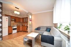 po prawej salon, po lewej kuchnia w luksusowym apartamencie na wynajem Bolesławiec