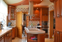 zaprojektowana funkcjonalnie kuchnia w luksusowej willi do sprzedaży Katowice (okolice)