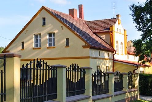 zdjęcie wykonano od strony ulicy pokazując front luksusowej willi na sprzedaż Leszno (okolice)