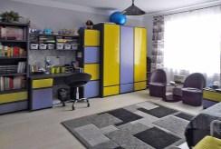 jeden z komfortowych pokoi w ekskluzywnym apartamencie na sprzedaż Mazury