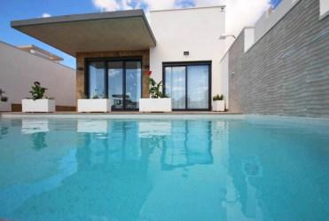 widok od strony basenu na luksusowy apartament do sprzedaży Hiszpania (San Miguel de Salinas)