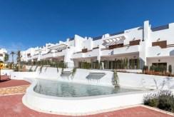 na pierwszym planie osiedle z basenem, gdzie mieści się oferowana do sprzedaży willi Hiszpania (Costa Almeria, Pulpi)
