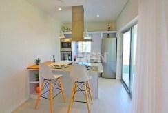 zbliżenie na jadalnię i aneks kuchenny w ekskluzywnym apartamencie do sprzedaży Hiszpania (Costa Blanca, Torrevieja, Mil Palmeras)