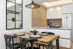 funkcjonalnie zaaranżowana kuchnia w luksusowym apartamencie na sprzedaż Hiszpania