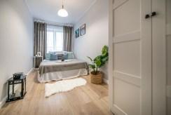 na pierwszym planie wytworna sypialnia w luksusowym apartamencie na sprzedaż Kalisz