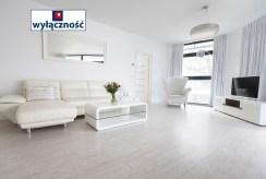 jasny i widny pokój gościnny w luksusowym apartamencie do sprzedaży nad morzem