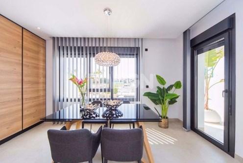 zdjęcie prezentuje pokój dzienny i jadalnię w luksusowym apartamencie do sprzedaży Hiszpania