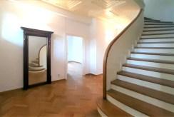 stylowe schody i eleganckie wnętrza ekskluzywnej willi do wynajmu Wrocław