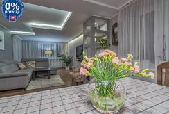 widok po zmroku na imponujące oświetleniem wnętrze luksusowego apartamentu do sprzedaży Katowice (okolice)