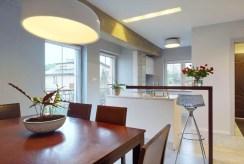 na pierwszym planie jadalnia w ekskluzywnym apartamencie na sprzedaż Katowice (okolice)