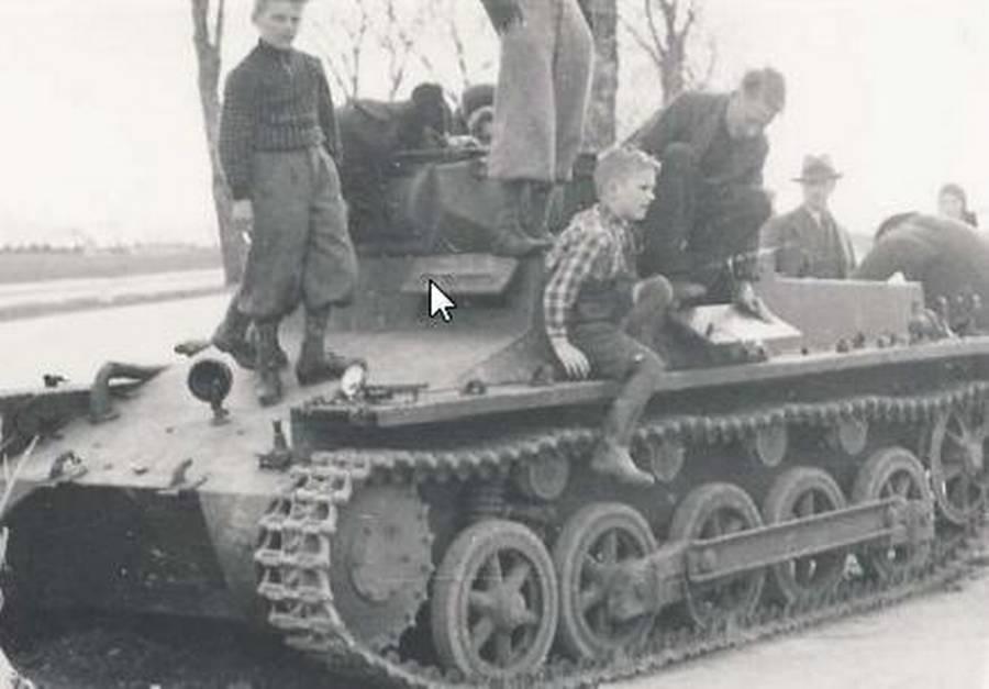Danske børn leger på havareret tysk tank. (Nationalmuseet)