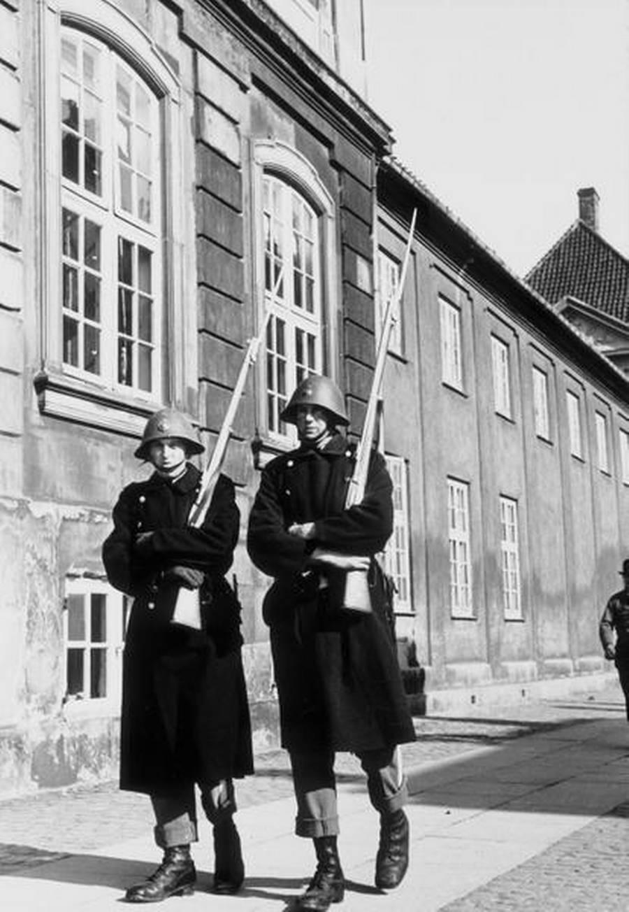 Gardere bevogter Amalienborg. (Polfoto)