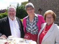 Hannelore Neuser, Sprecherin der kfd Wilnsdorf (Mitte) im Gespräch mit Pfarrer Uwe Wiesner (links) und Thea Frevel (rechts), der Mutter der Vereinsgründerin Helga Josche