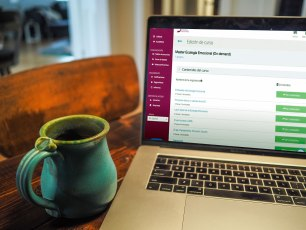 Imagen de una pantalla de ordenador con el campus virtual del Máster en Ecología Emocional